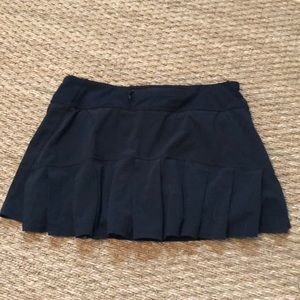 Lululemon classic skirt with pleated back.